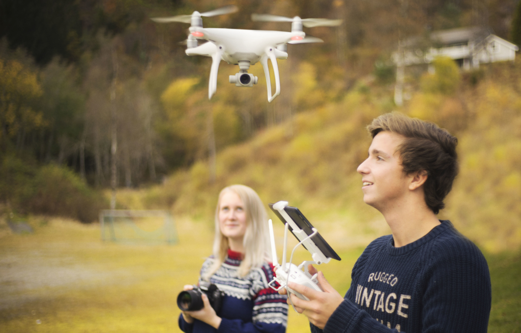 To personar som styrer drone
